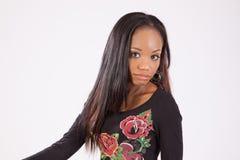 Donna di colore graziosa in blusa fiorita Fotografia Stock