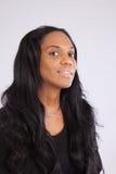 Donna di colore graziosa che sorride alla macchina fotografica Immagine Stock Libera da Diritti