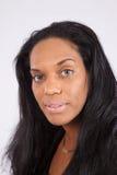 Donna di colore graziosa che sorride alla macchina fotografica Fotografie Stock Libere da Diritti