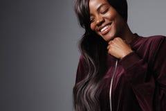 Donna di colore graziosa con capelli lunghi Immagine Stock Libera da Diritti