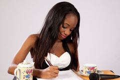 Donna di colore graziosa con il taccuino Immagini Stock Libere da Diritti
