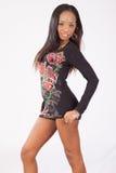 Donna di colore graziosa nella condizione fiorita della blusa Fotografie Stock Libere da Diritti