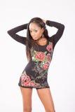 Donna di colore graziosa nella condizione fiorita della blusa Fotografia Stock Libera da Diritti