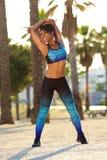Donna di colore sorridente che allunga allenamento fuori Fotografia Stock Libera da Diritti