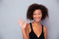 Donna di colore sorridente che mostra segno giusto Immagini Stock Libere da Diritti