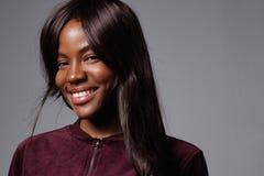 Donna di colore sorridente felice con capelli lunghi Fotografia Stock