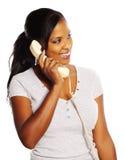 Donna di colore sul telefono Immagini Stock