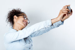 Donna di colore sveglia che prende foto se stessa Fotografia Stock Libera da Diritti