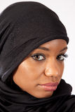 Donna di colore in un hijab, esaminante macchina fotografica Fotografia Stock Libera da Diritti