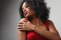 Donna di colore in vestito esile da sera rossa Fotografie Stock
