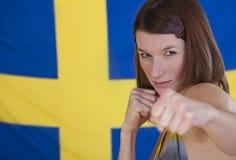Donna di combattimento sopra la bandierina della svezia Fotografia Stock Libera da Diritti