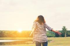 Donna di concetto di stile di vita della donna giovane bella che allunga le mani Fotografie Stock Libere da Diritti
