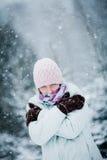 Donna di congelamento durante il giorno di inverno freddo Fotografia Stock