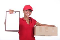 Donna di consegna. Immagini Stock