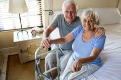 Donna di consolazione dell'uomo senior in camera da letto Fotografia Stock Libera da Diritti