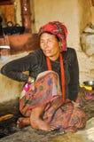 Donna di conversazione con la pezzuola nel Nepal Immagini Stock