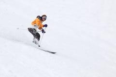 Donna di corsa con gli sci Immagine Stock