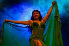 Donna di dancing in costume orientale Immagine Stock