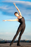 Donna di Dancing sopra cielo blu. Yoga Fotografie Stock Libere da Diritti