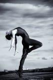 Donna di Dancing sopra cielo blu. Yoga Fotografie Stock