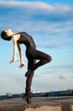 Donna di Dancing sopra cielo blu. Yoga Fotografia Stock Libera da Diritti