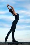 Donna di Dancing sopra cielo blu. Yoga Immagini Stock