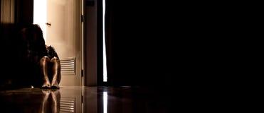 Donna di depressione da solo nella stanza scura Problema sanitario di salute mentale, PTSD fotografia stock