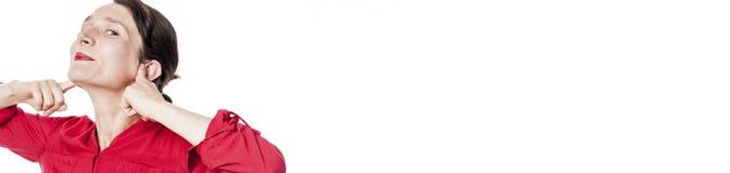 Donna di derisione che sorride tappando le sue dita in orecchie, panorama bianco fotografia stock