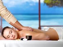Donna di distensione che ha massaggio della stazione termale Immagini Stock