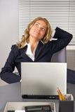 donna di distensione dell'ufficio del computer portatile Fotografia Stock