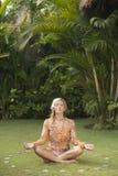 Donna di distensione di yoga su erba. Fotografia Stock Libera da Diritti