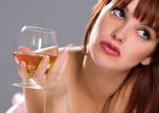 Donna di distensione vaga con il vetro di vino immagini stock libere da diritti