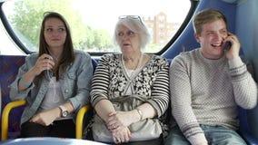Donna di disturbo dai giovani passeggeri sul viaggio del bus video d archivio