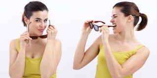 Donna di divertimento con gli occhiali da sole macchiati, allegro isolati su bianco Fotografia Stock