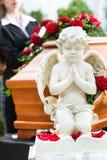 Donna di dolore al funerale con la bara fotografia stock