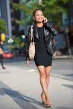 Donna di Elegan che comunica sul telefono astuto fotografie stock libere da diritti