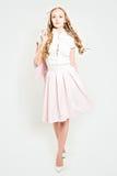 Donna di eleganza che indossa vestito rosa-chiaro Fotografia Stock