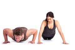 Donna di esercitazione con l'addestratore Fotografia Stock
