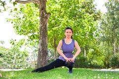 Donna di esercizio che allunga la gamba del tendine del ginocchio Fotografia Stock Libera da Diritti