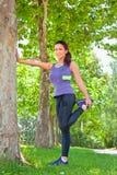 Donna di esercizio che allunga la gamba del tendine del ginocchio Fotografie Stock