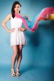 Donna di estate con lo scialle colorato sul blu Fotografia Stock Libera da Diritti