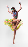 Donna di estate di dancing in collana colourful Immagini Stock
