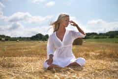 Donna di estate nel campo dell'azienda agricola Fotografie Stock Libere da Diritti