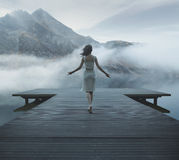 Donna di fascino che cammina sul pilastro di legno Fotografia Stock Libera da Diritti