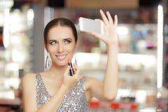 Donna di fascino con rossetto e Smartphone fotografia stock libera da diritti
