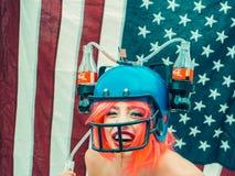 Donna di festa dell'indipendenza con il casco della bevanda e della bandiera Immagini Stock