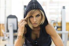 Donna di forma fisica in abiti sportivi che esaminano macchina fotografica Immagini Stock Libere da Diritti