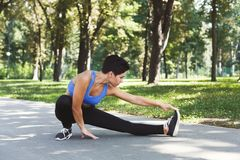 Donna di forma fisica ad allungare formazione all'aperto Immagini Stock