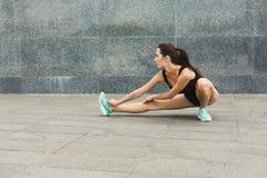 Donna di forma fisica ad allungare formazione all'aperto Fotografia Stock