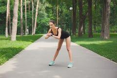 Donna di forma fisica ad allungare formazione all'aperto Immagine Stock Libera da Diritti
